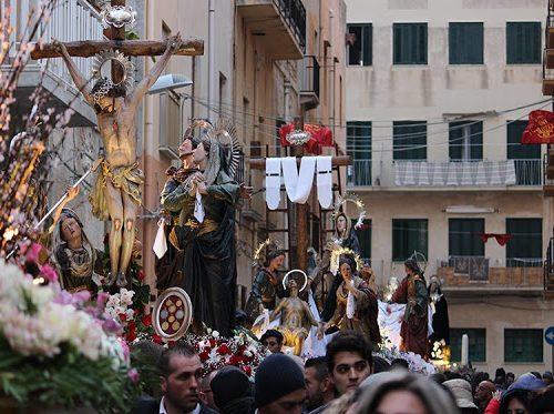 Vi spiego la Processione dei Misteri in tre parole: Festa, Mare e Teatro